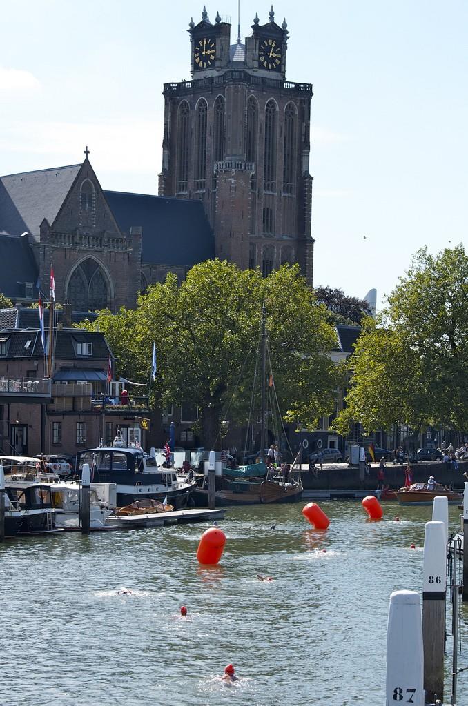 Grote kerk en zwemmers, City Swim Dordrecht to Fight Cancer 2015