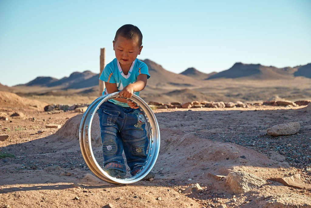 Jongetje uit Mongolie in Gobi woestijn