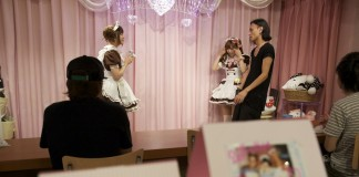 Schoolmeisjes in Maid Cafe @Home