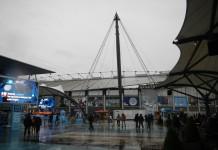 Voor het stadion van Manchester City