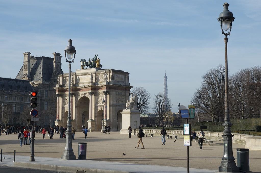 Eiffeltoren in de buurt van Louvre