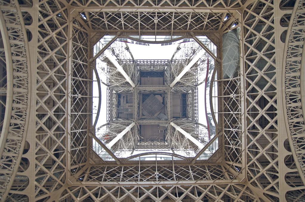 Eiffeltoren van onderaf bekeken