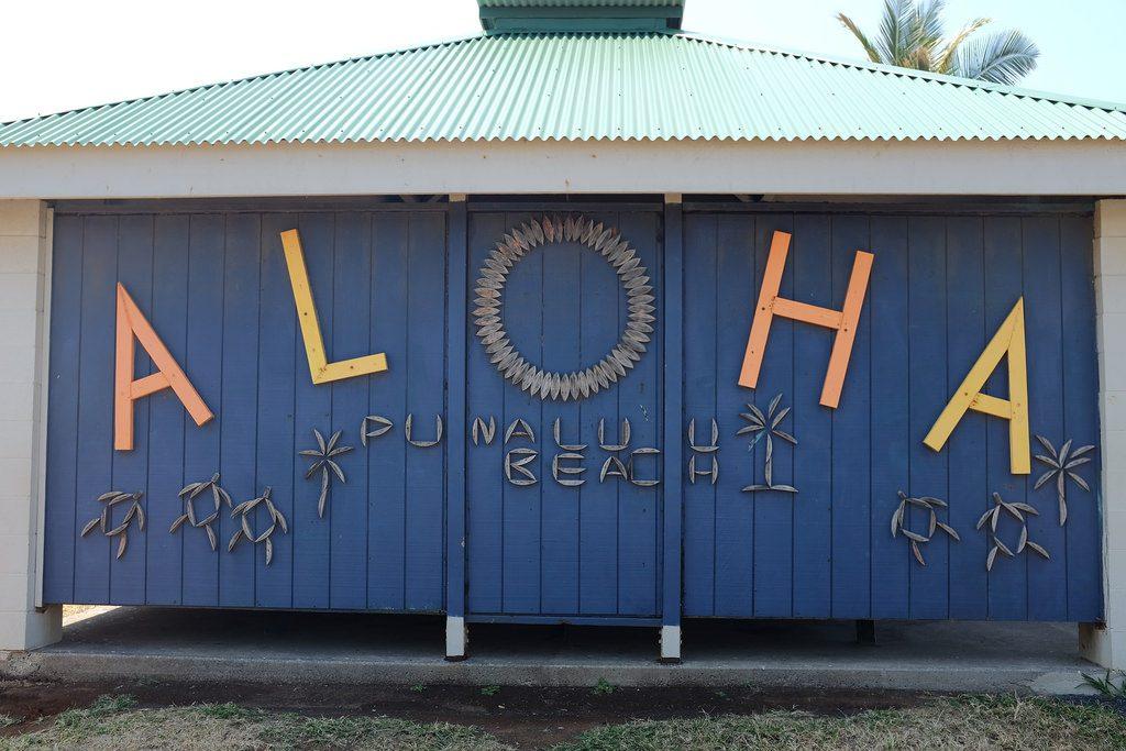 Aloha op het zwarte strand van Hawaii