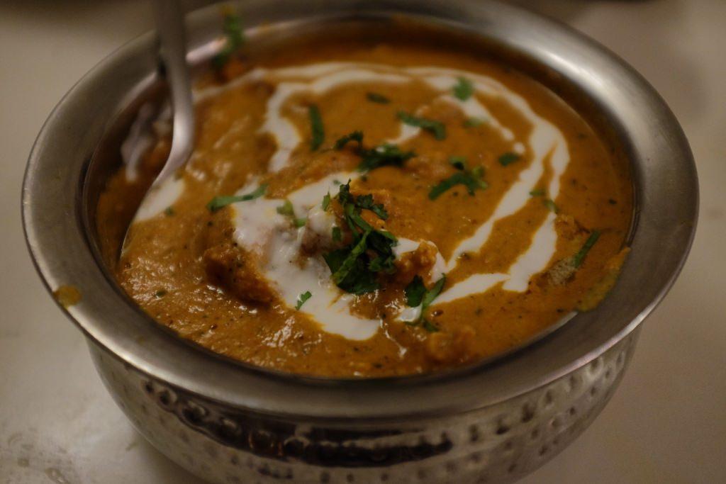 Eet boterkip bij een curryrestaurant