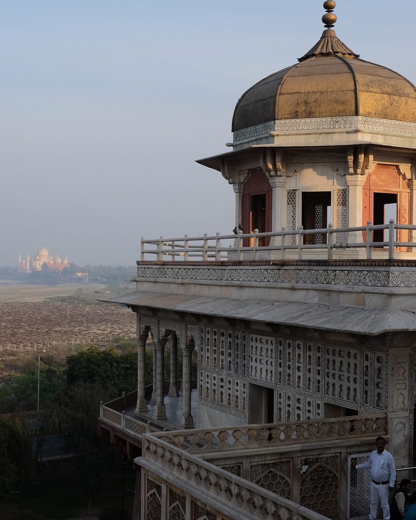 Agra fort met op achtergrond Taj Mahal