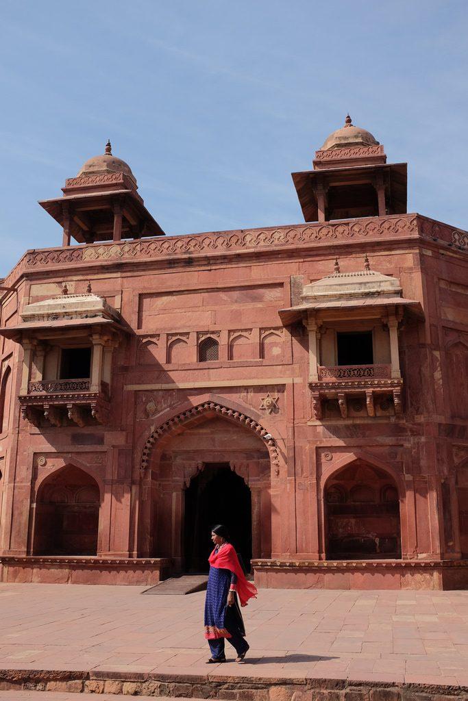 Indiase vrouw voor Fatehpur Sikri Noord-India bezienswaardigheden