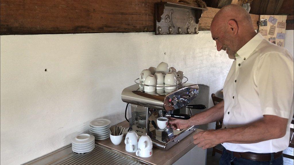 Gastheer Adri Schot zet koffie