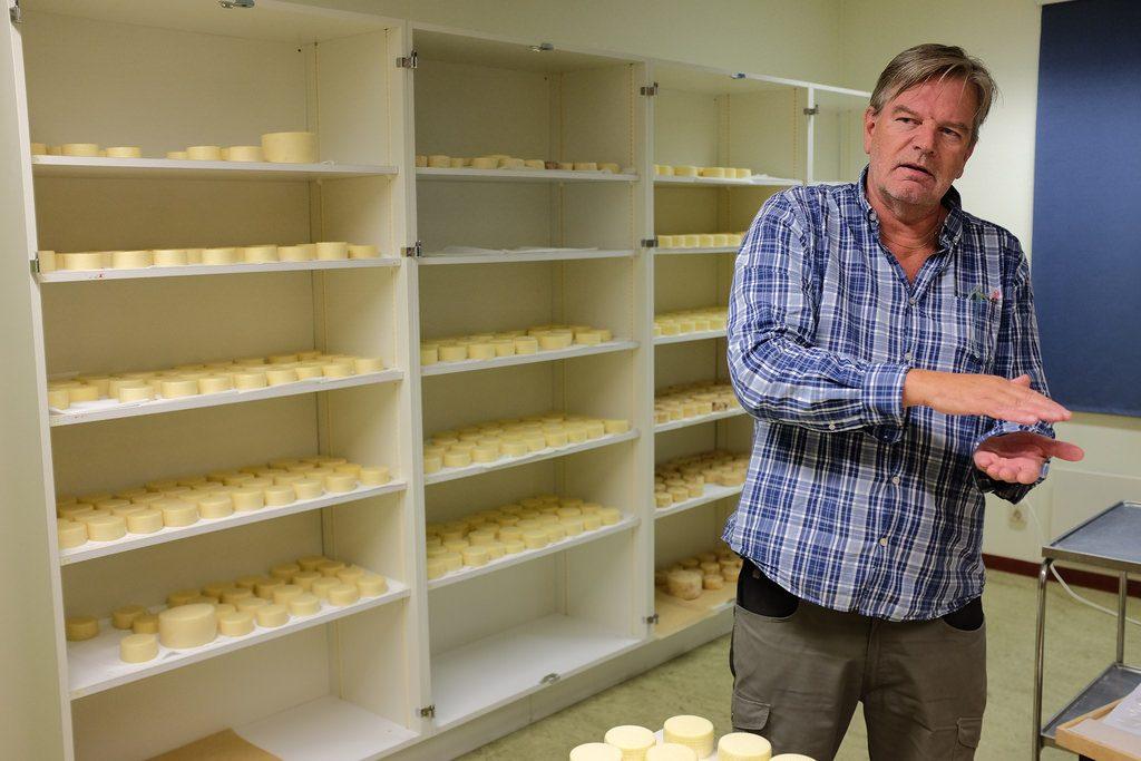 Tony Bäckström kaasmaker van vallen Caserum geeft uitleg