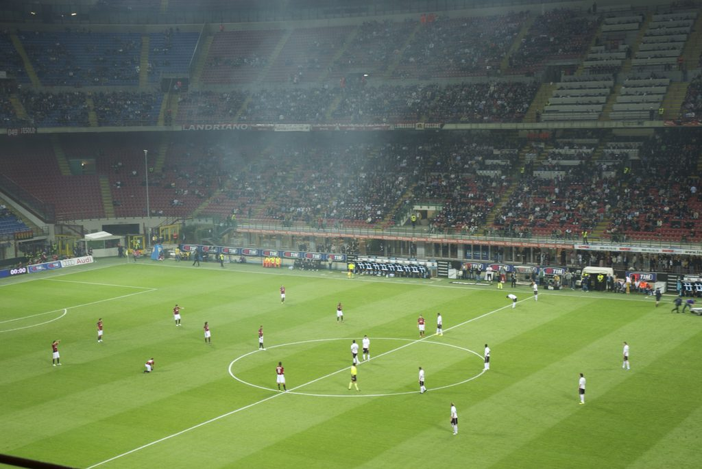 Kickoff San Siro Milaan voetbalwedstrijd mannenweekend Europa