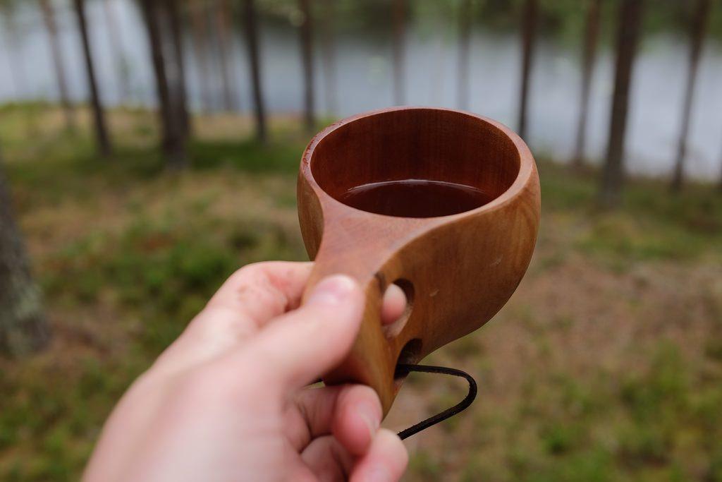 Koffie uit houten beker Zweeds Lapland eten en drinken