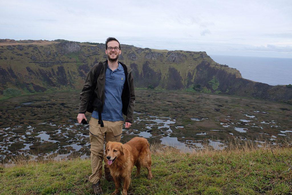 Met hond bij de Orongo krater Paaseiland