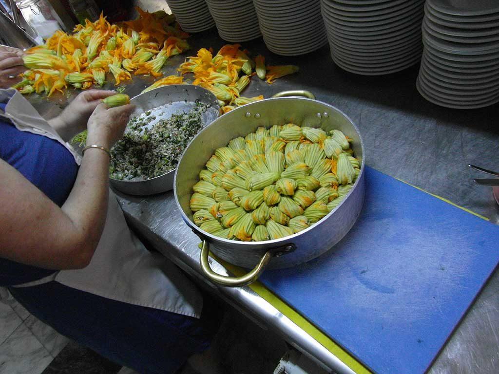 Verse courgettebloemen gerecht Kismet op Grieks eiland Lesbos
