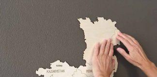 wereldkaart op hout plakken op muur