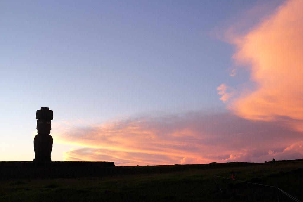 Eenzaam beeld Ahu Tahai zonsondergang Paaseiland