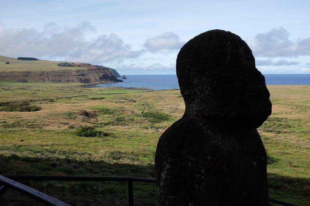 Tukuturi Moai met Ahu Tongariki op de achtergrond