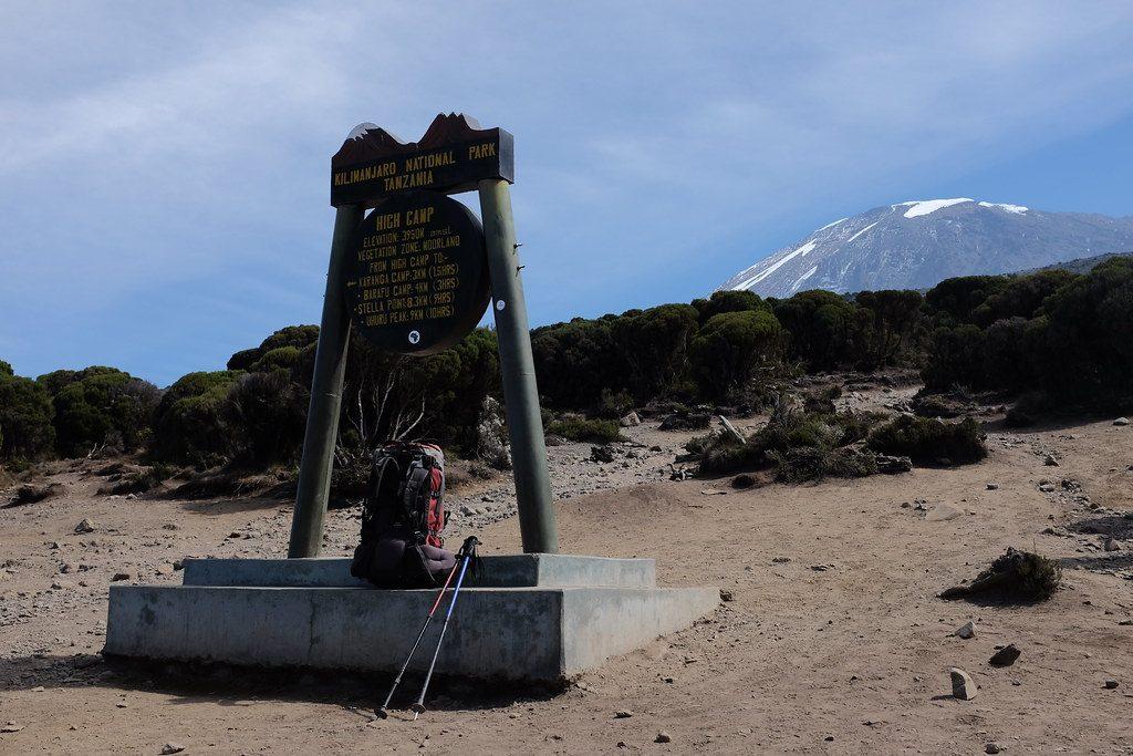 Bord met op de achtergrond de Kilimanjaro