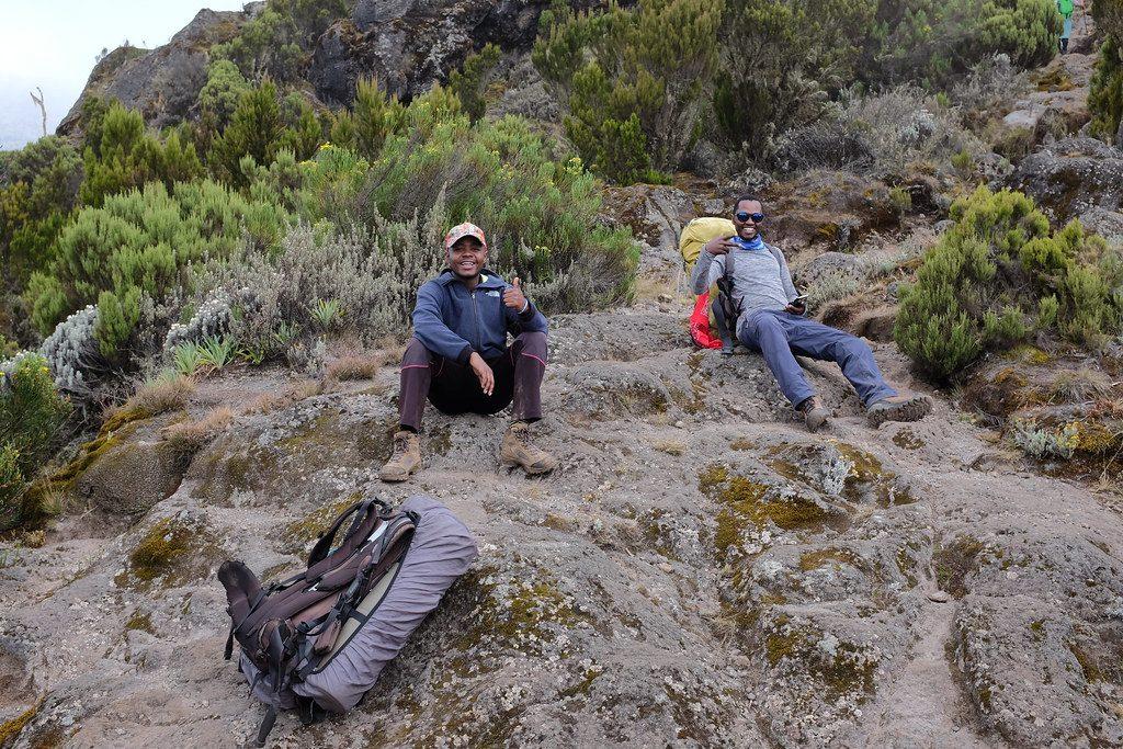 Gidsen Rogers en Shaffy bij de beklimming Kilimanjaro