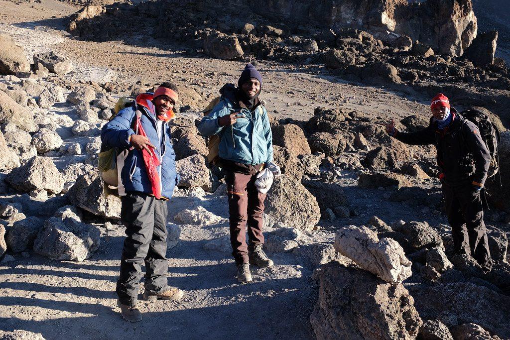 Gidsen zijn nog blij bij beklimming van Mount Kilimanjaro