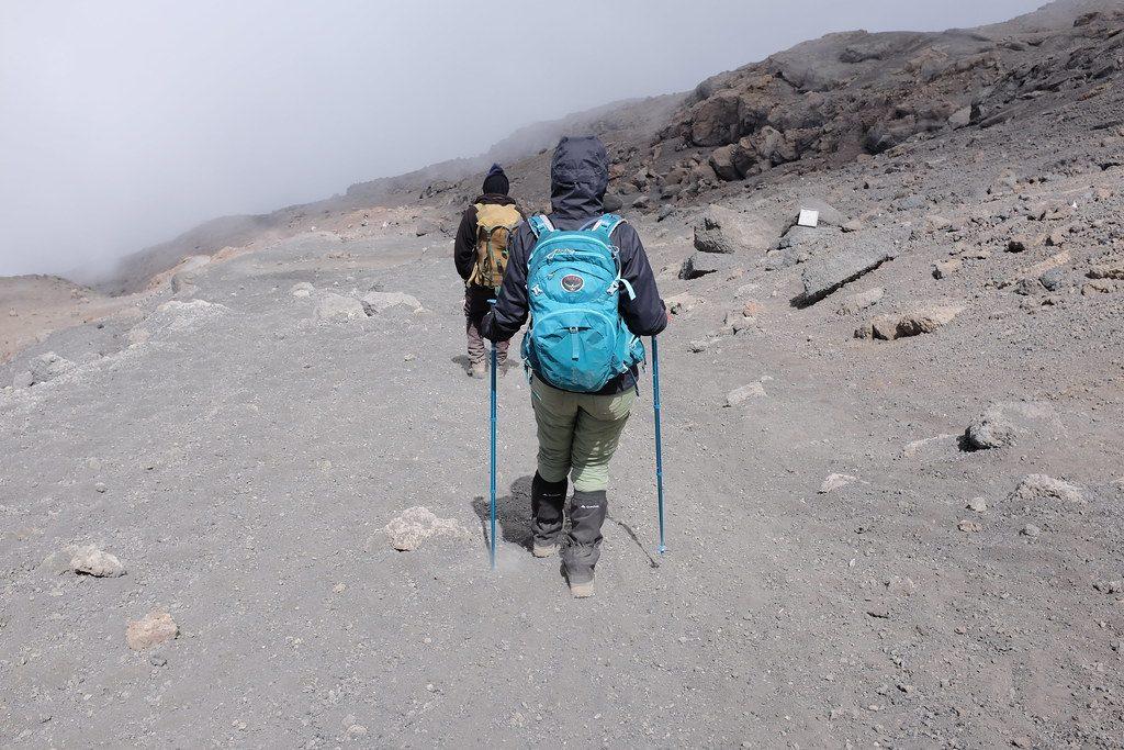 Met beenkappen en wandelstokken naar beneden Kilimanjaro