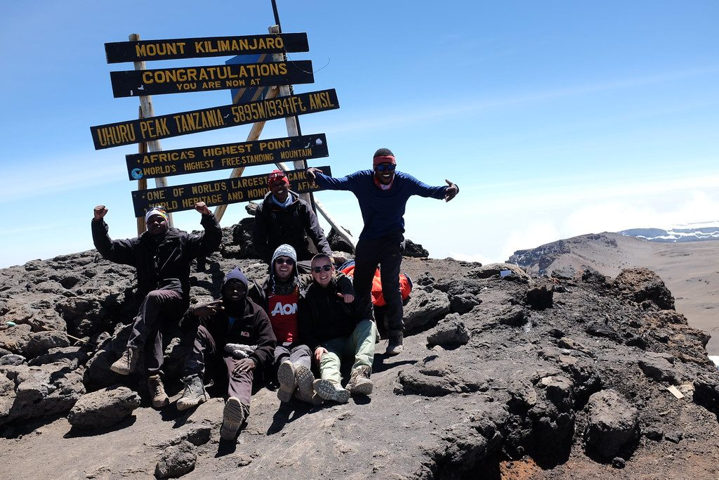 Op de top Kilimanjaro met het complete team
