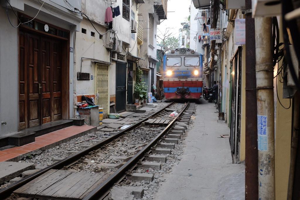 Treinstraat Vietnam Hanoi: Trein komt eraan