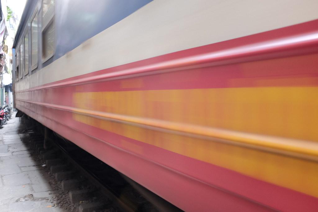 Treinstraat Vietnam: Trein raast voorbij