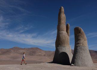 Suus loopt richting hand in de woestijn Mano Del Desierto