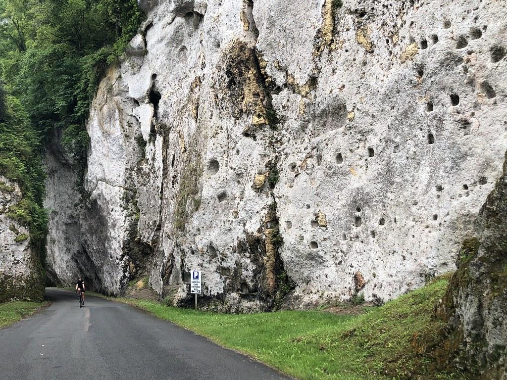Fietsen tussen de rotsen in Les Eyzies Frankrijk