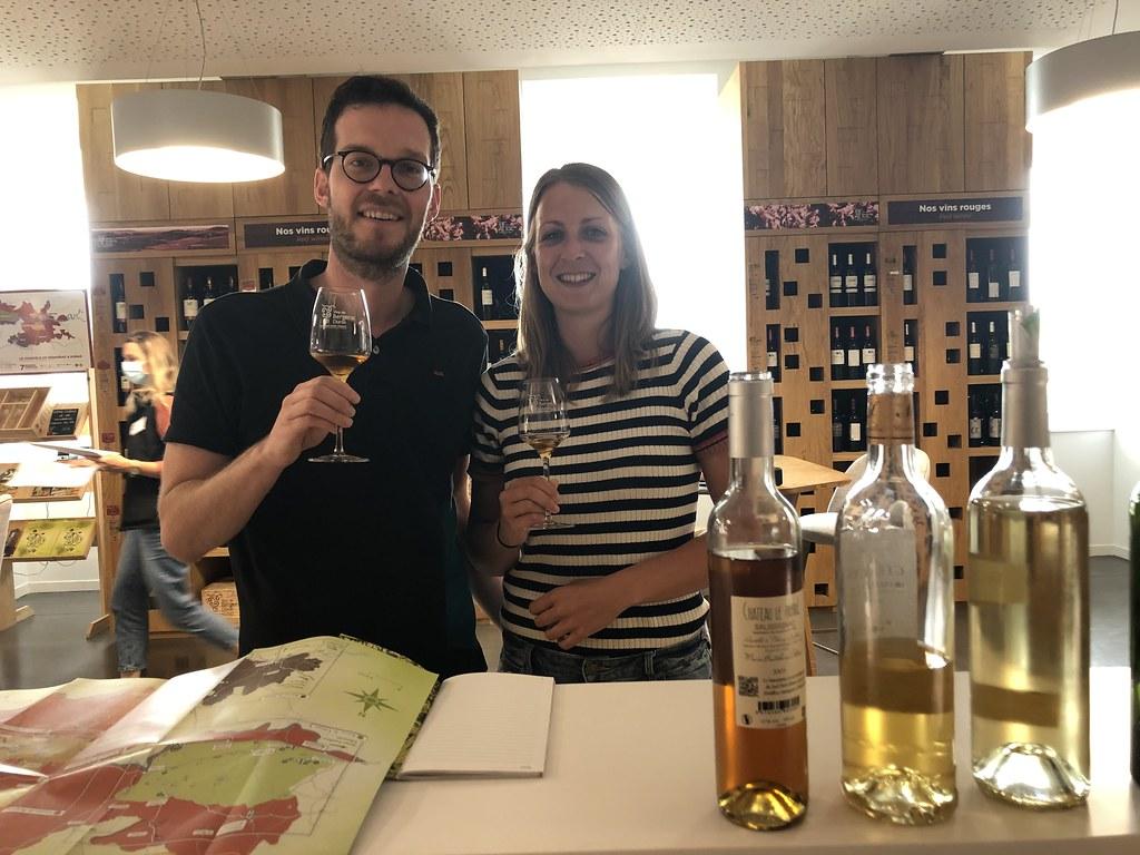 Suus en Vin proeven wijn
