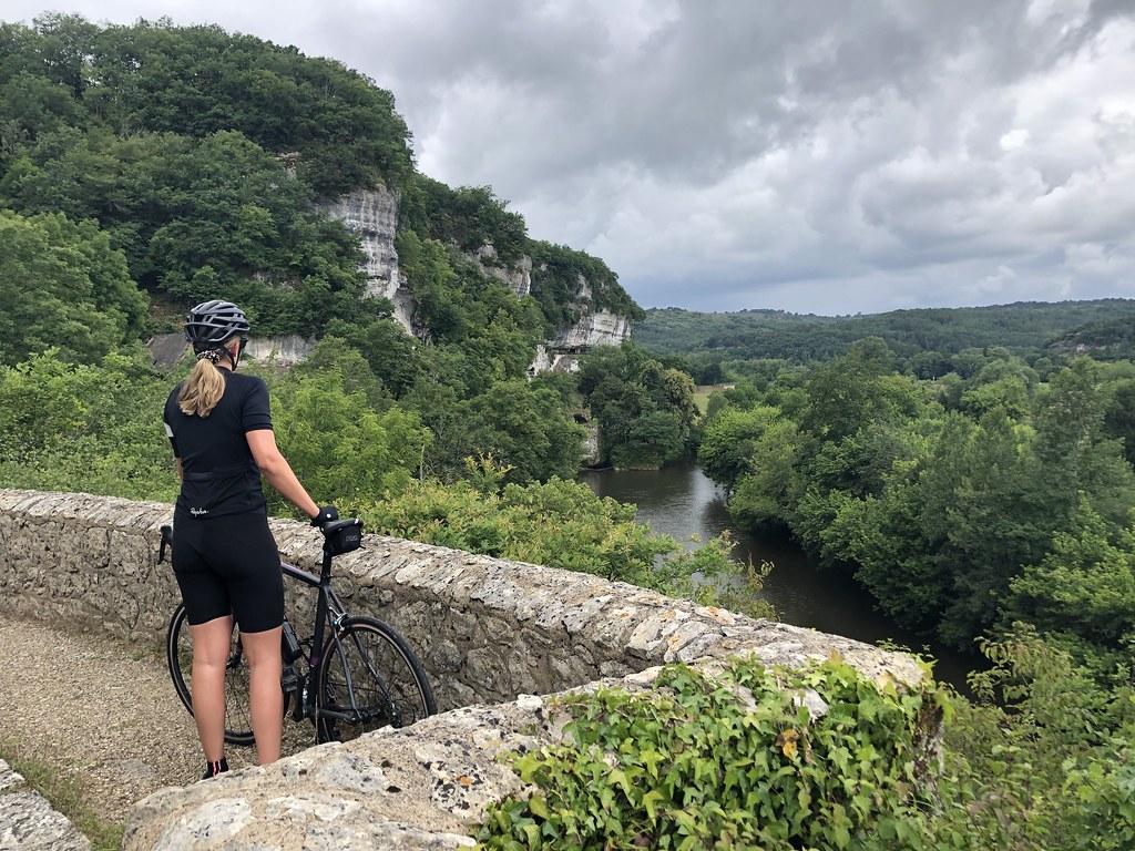 Suus geniet van het uitzicht in  Les Eyzies Frankrijk
