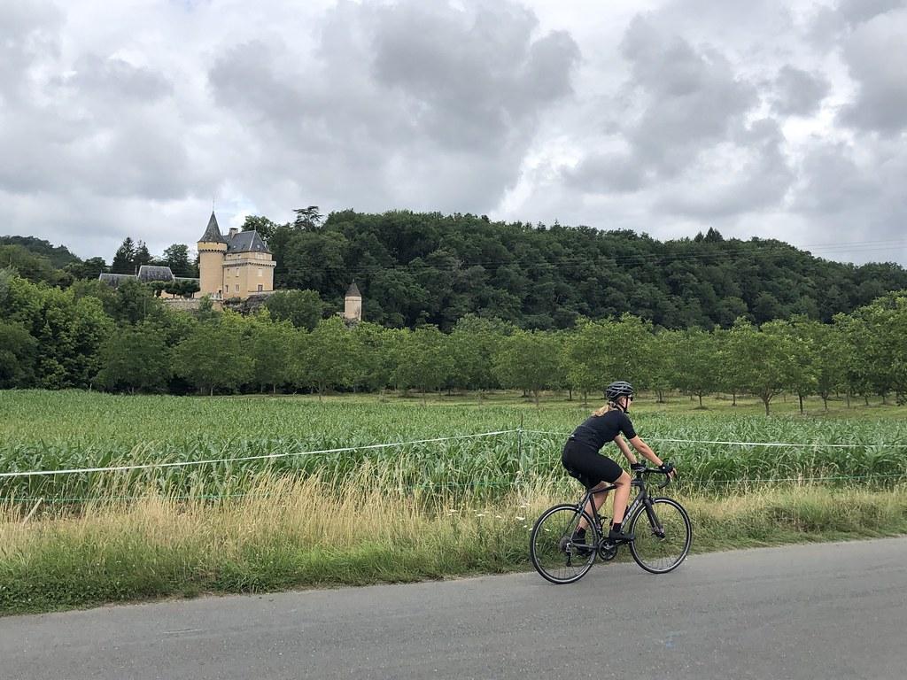 Suus rijdt langs een kasteel  Les Eyzies Frankrijk