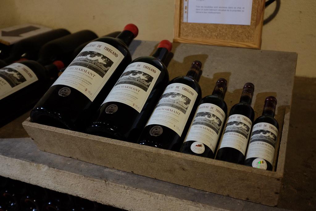 Verschillende soorten flessen rode wijn van groot naar klein